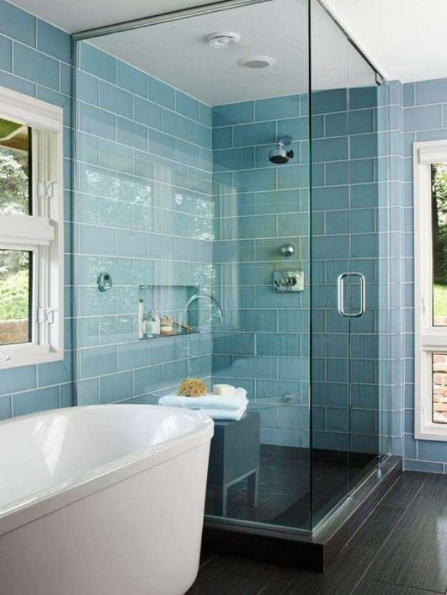 50. Banheiro com revestimento azul e nicho embutido na parede -Organize Sem Frescuras