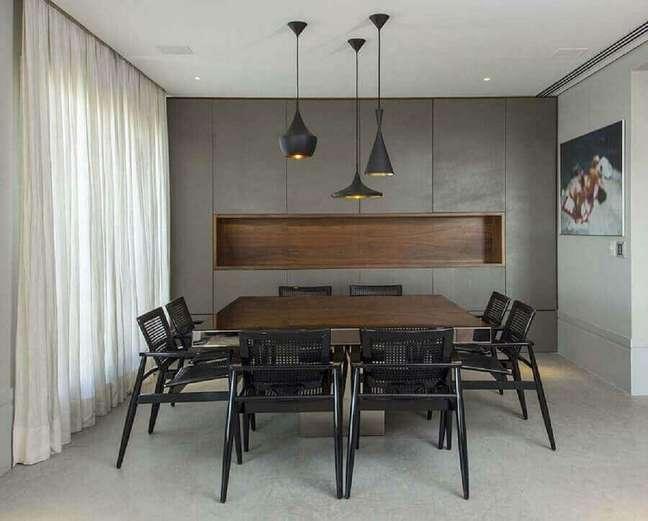 2. Decoração em tons de cinza com luminária de teto para sala de jantar – Foto: Histórias de Casa