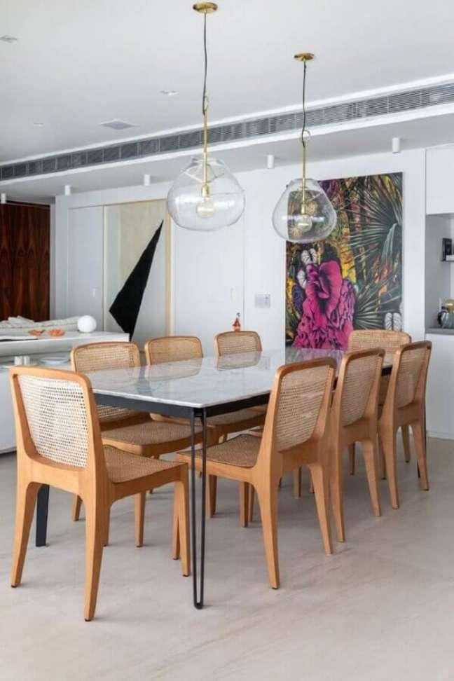 39. Luminária de vidro para sala de jantar branca decorada com cadeiras de madeira – Foto: Life by Lufe