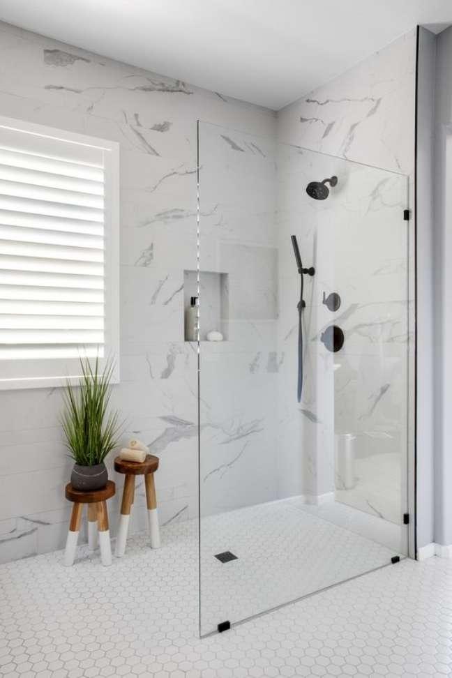 1. Revestimento marmorizado no banheiro moderno com nicho de embutir – Foto Homebunch