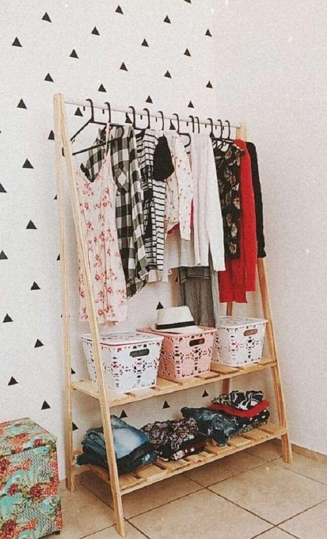 64. Use cestos para organizar a arara de roupas em madeira. Fonte: Pinterest