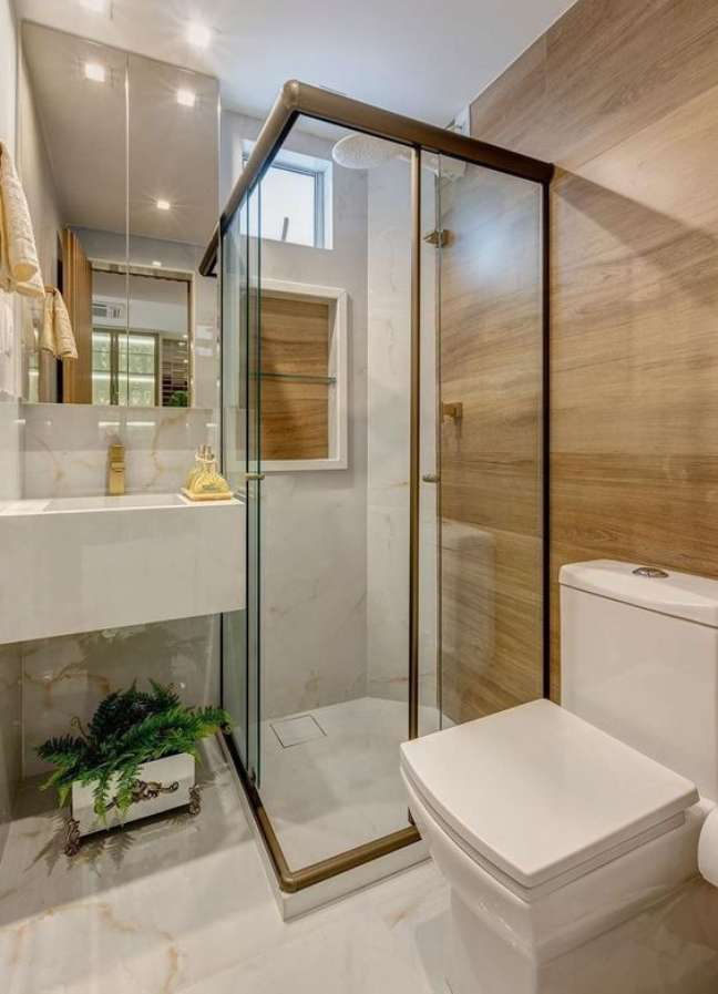37. Porcelanato para banheiro marmorizado e amadeirado o contraste perfeito para um banheiro moderno com nicho embutido – Foto Pinterest