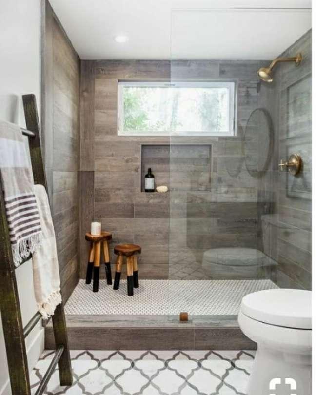 68. Nicho de embutir para banheiro com parede amadeirada – Foto Dicas da Nydias