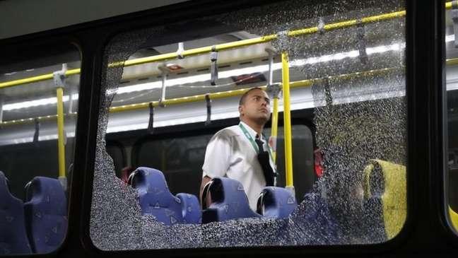 Durante a Olimpíada do RJ, dois ônibus que levavam jornalistas foram atingidos por pedras. Num dos incidentes, uma jornalista americana levantou a dúvida sobre a possibilidade do veículo ter sido atingido por tiros