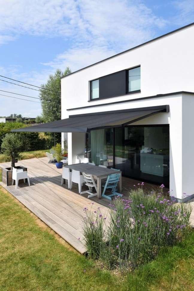 3. Toldo para varanda retrátil na cor preta para uma casa moderna – Foto Stila