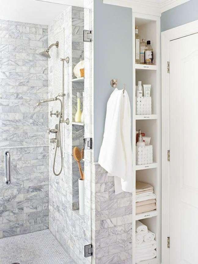 54. Box com cantoneira para banheiro com nicho de embutir – Foto Pinterest