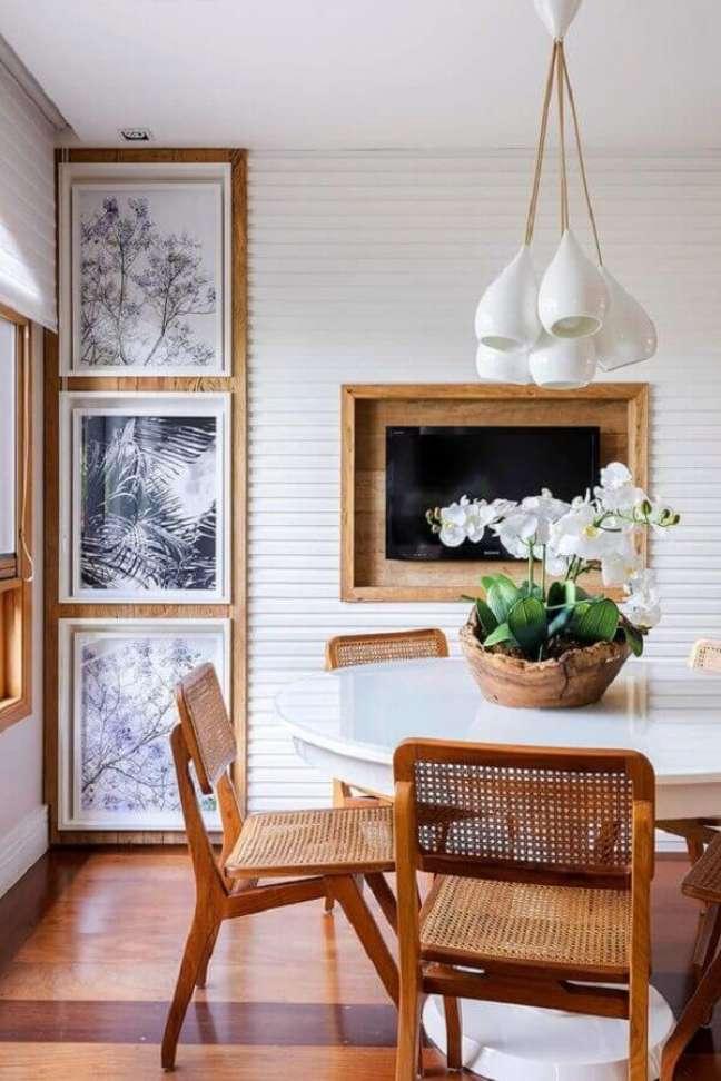 42. Luminária para sala de jantar branca decorada com detalhes em madeira – Foto: Casa de Valentina