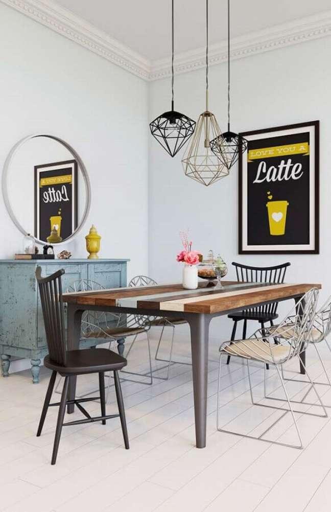 66. Luminária simples para sala de jantar decorada com cadeiras diferentes – Foto: Pinterest