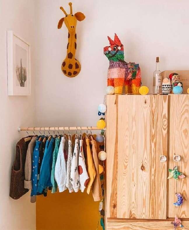 14. A arara de madeira para quarto montessoriano normalmente fica na altura das crianças. Fonte: Pinterest