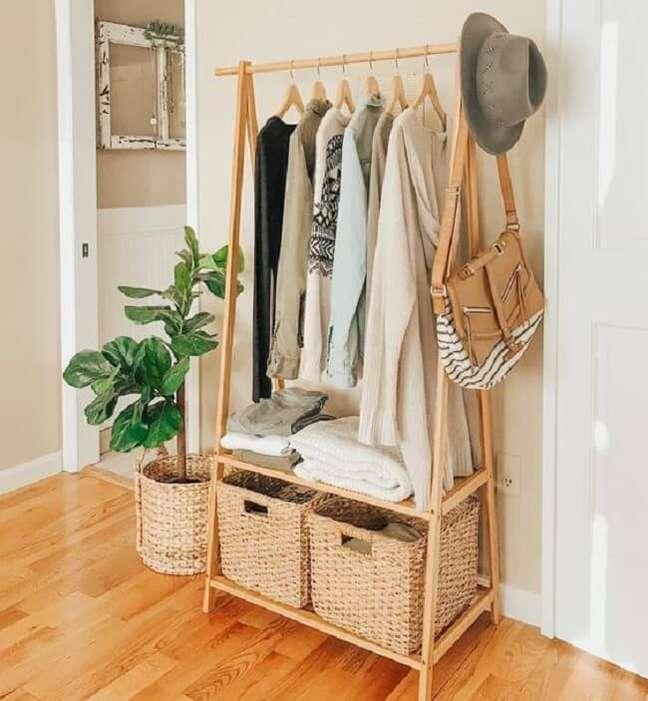 6. Mantenha sua arara de roupas de madeira sempre organizada. Fonte: Pinterest