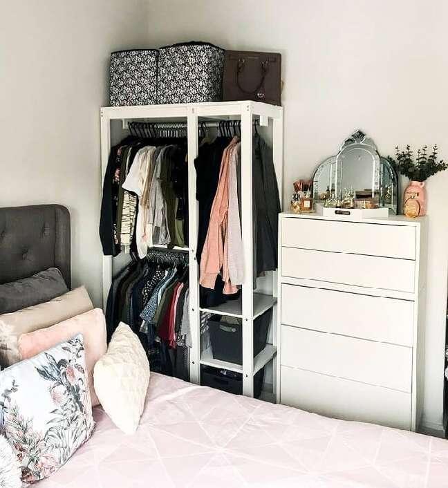 7. A arara de madeira branca se encaixa perfeitamente no dormitório. Fonte: Jamie Leigh Chau