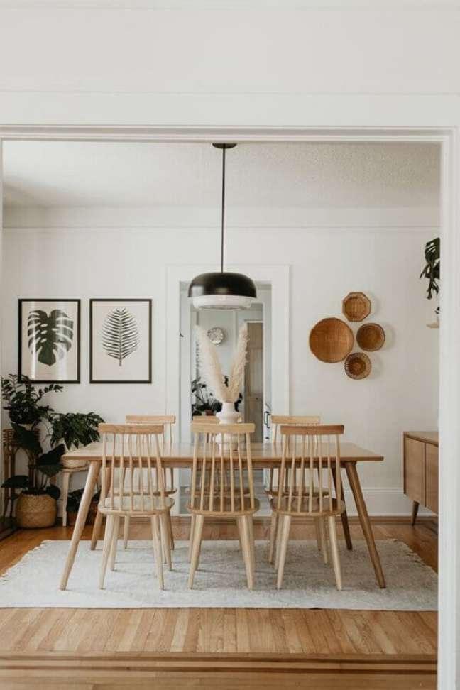 68. Luminária simples para sala de jantar decorada com móveis de madeira e vasos de plantas – Foto: Hellø Blogzine