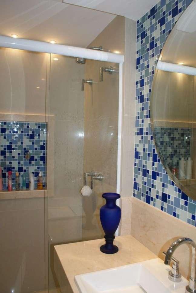 20. Nicho de embutir para banheiro decorado com pastilhas adesivas – Foto Pinterest