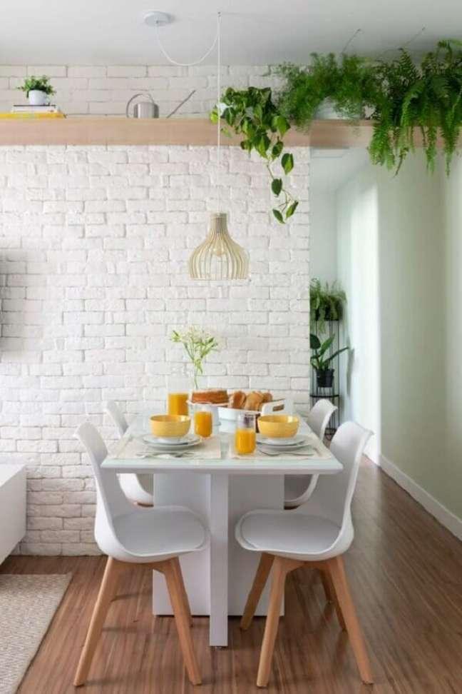 3. Luminária simples para sala de jantar branca decorada com parede de tijolinho branco – Foto: Jeito de Casa
