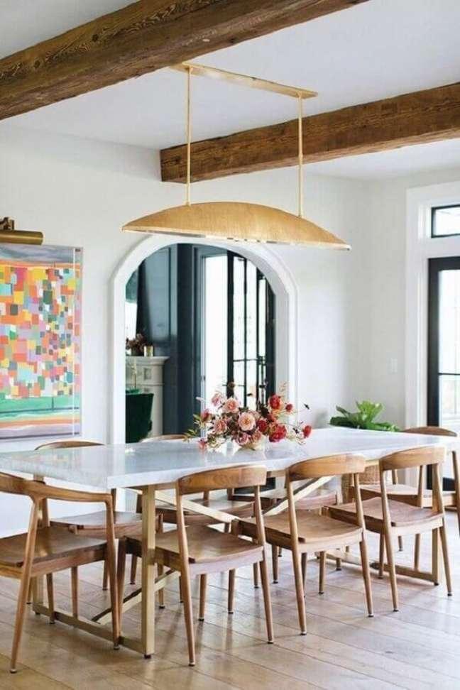 72. Modelo diferente de luminária para sala de jantar decorada com cadeiras de madeira para mesa branca – Foto: Home Fashion Trend