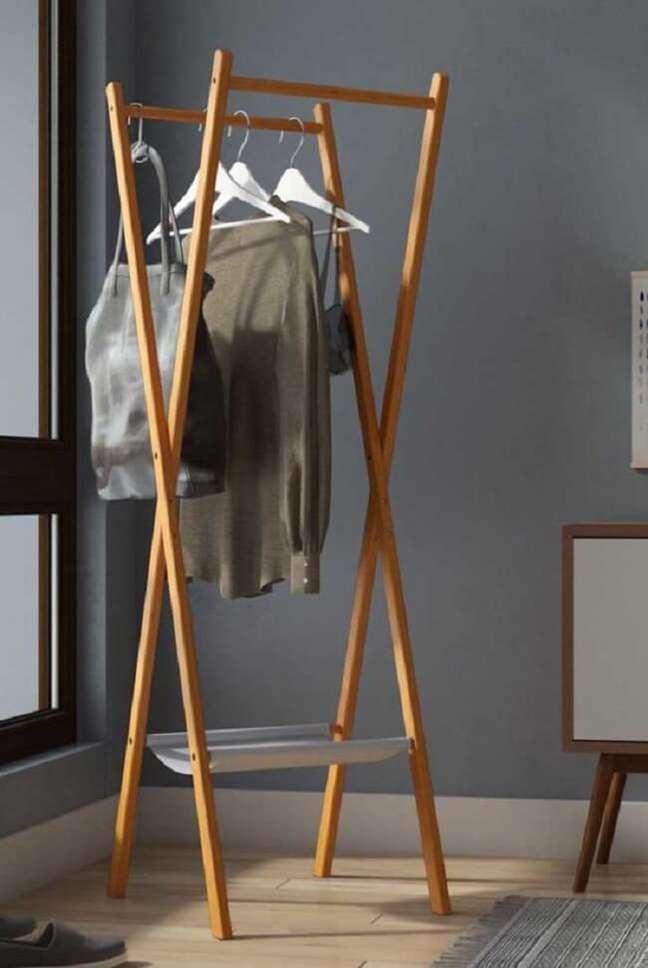 34. Arara de madeira para roupas com design X. Fonte: Pinterest