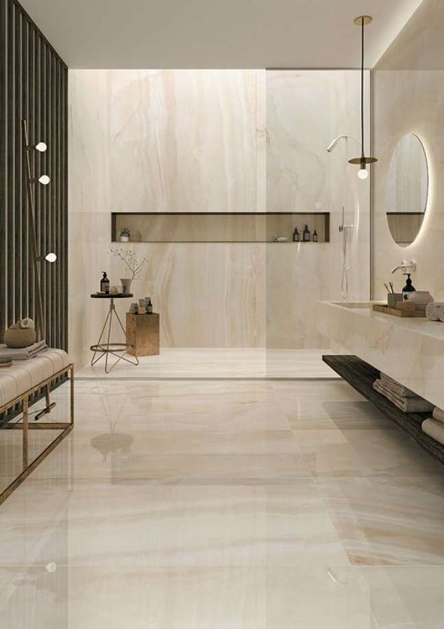 33. Porcelanato marmorizado para banheiro com piso bege e nicho de embutir na parede – Foto Mirage