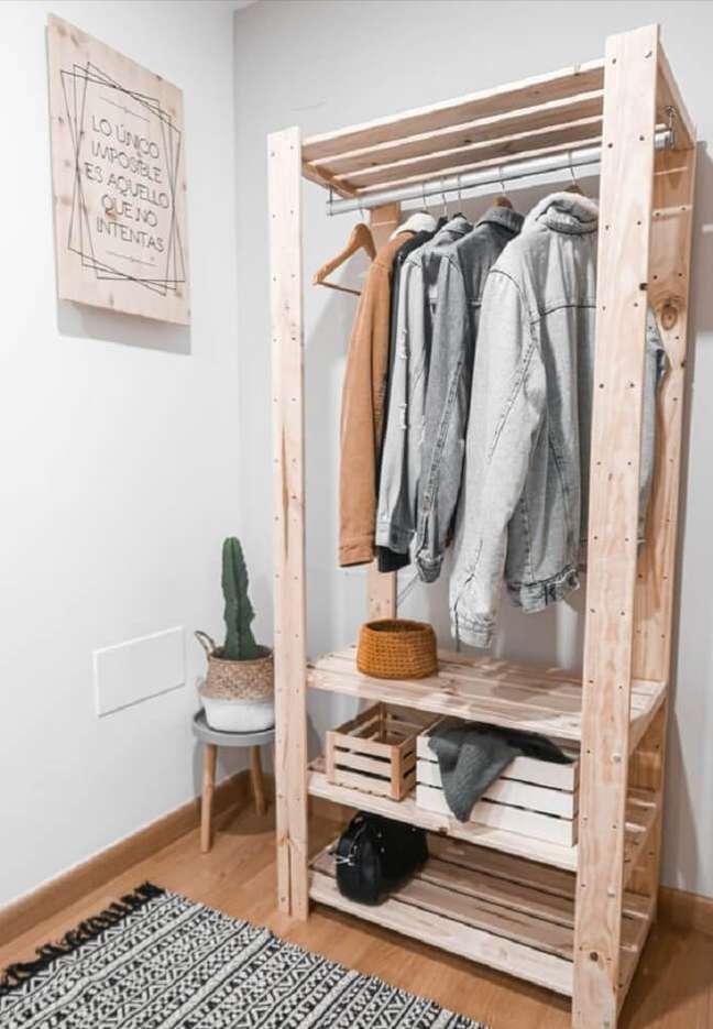 11. A arara de madeira combina com diferentes estilos de decoração. Fonte: Pinterest