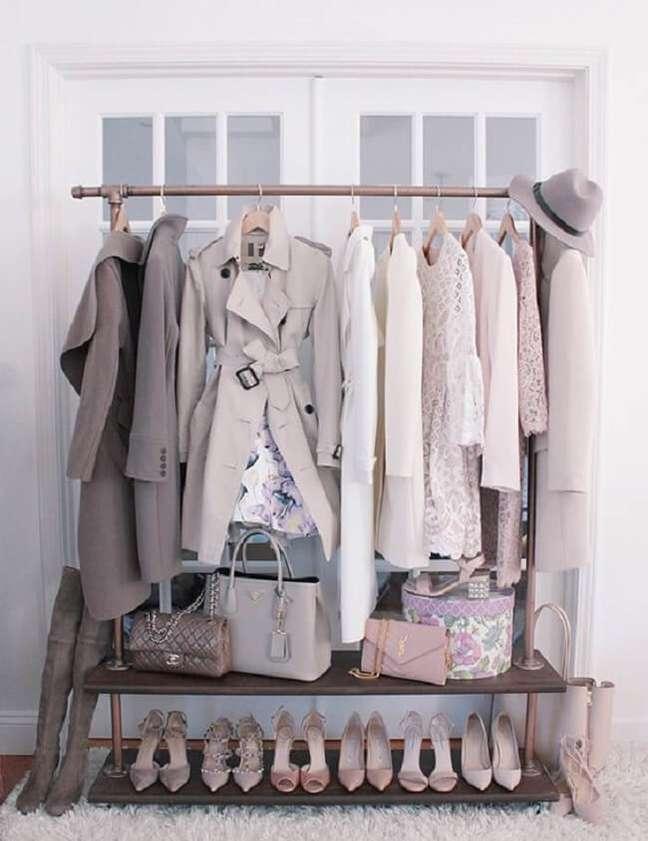 57. Organize as roupas mais usadas na semana na arara de madeira. Fonte: Pinterest