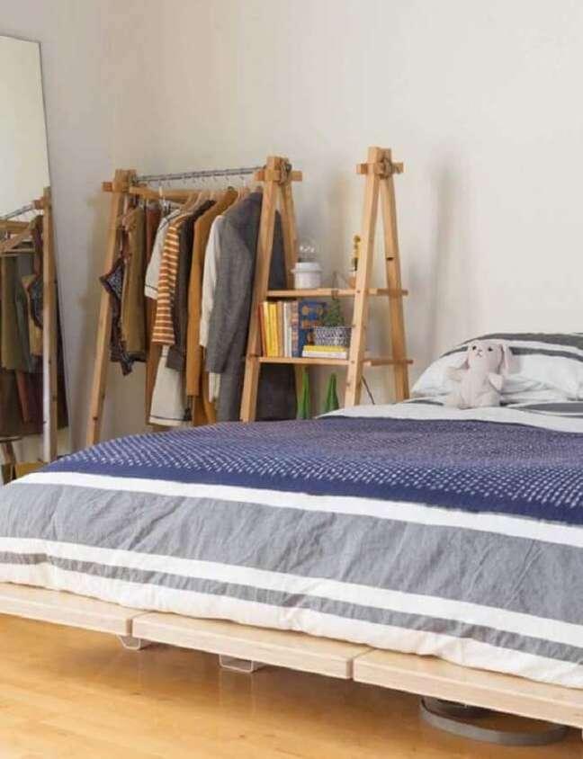 21. Arara de madeira com estante lateral. Fonte: Pinterest