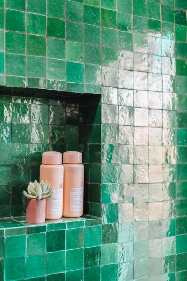 3. Nicho de embutir para banheiro com revestimento verde esmeralda – Foto Studio Diy