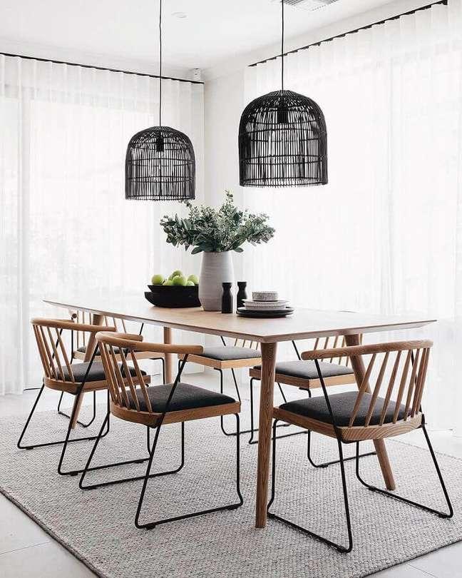 16. Decoração clean com luminária para sala de jantar com cadeiras modernas – Foto: Apartment Therapy