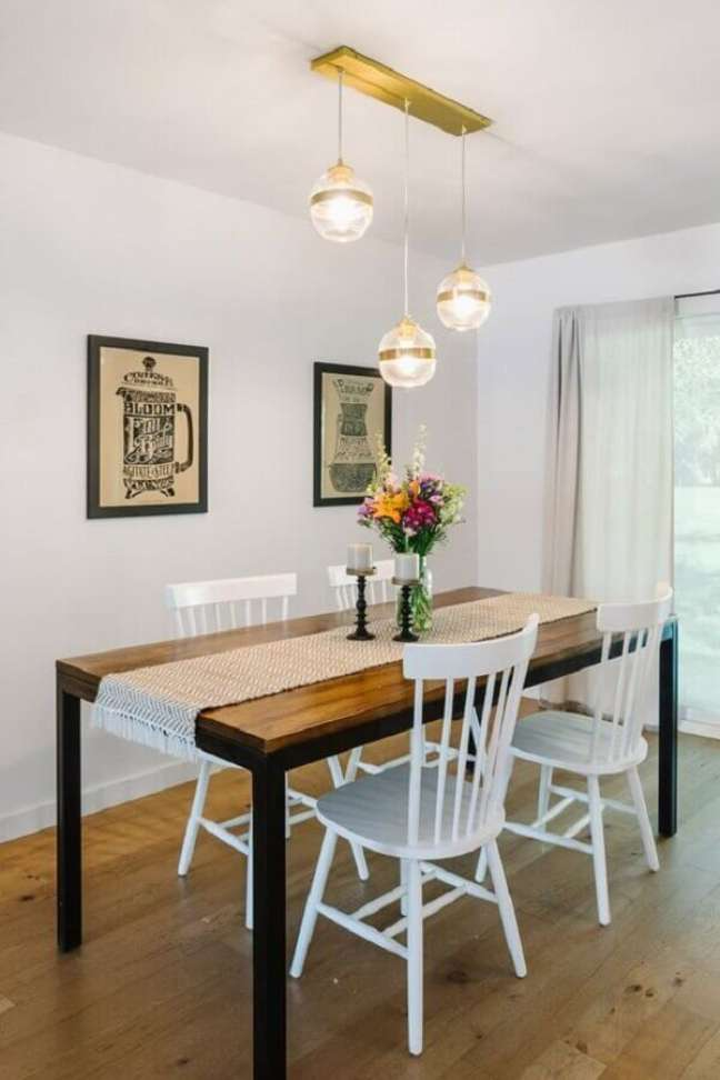 27. Decoração simples com luminária de teto para sala de jantar – Foto: west elm