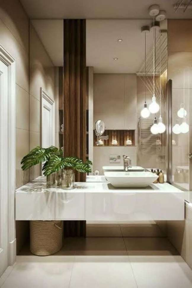 11. Nicho de embutir para banheiro com porcelanato branco e espelho na parede inteira – Foto Homify