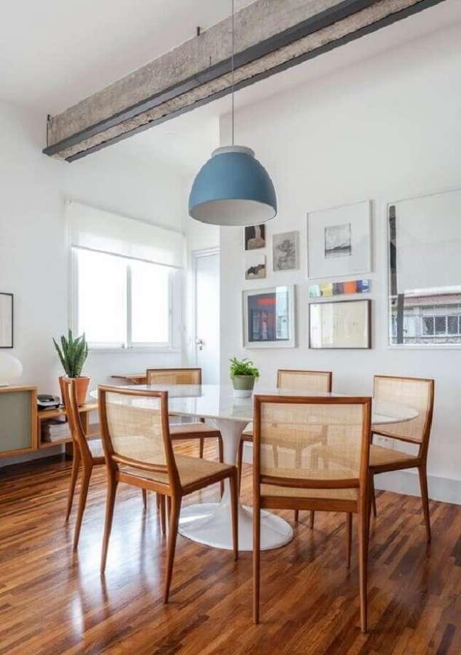 65. Luminária simples para sala de jantar decorada com cadeiras de madeira para mesa redonda – Foto: Histórias de Casa