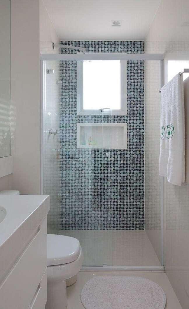 69. Nicho de embutir para banheiro com parede de estampa azul – Foto Home Chairs