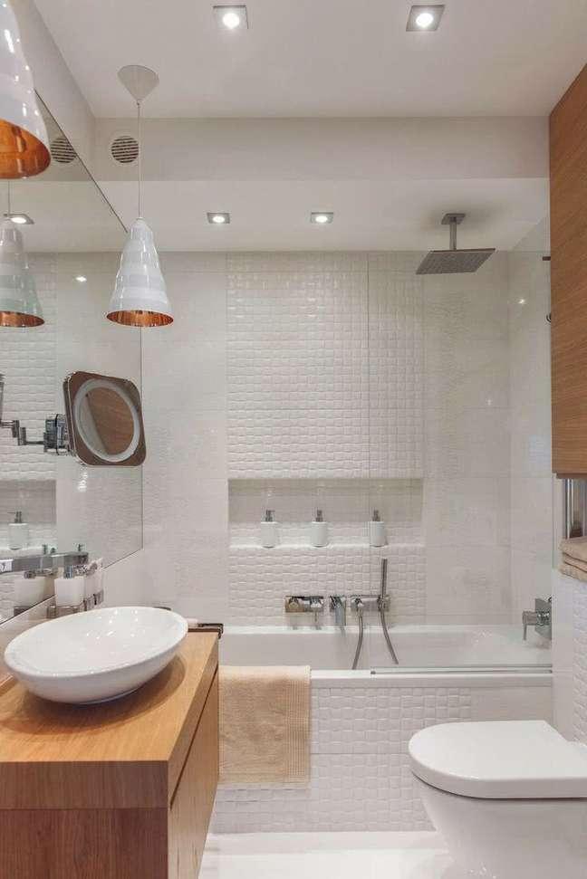 24. Nicho de embutir para banheiro moderno com moveis de madeira – Foto Pinterest