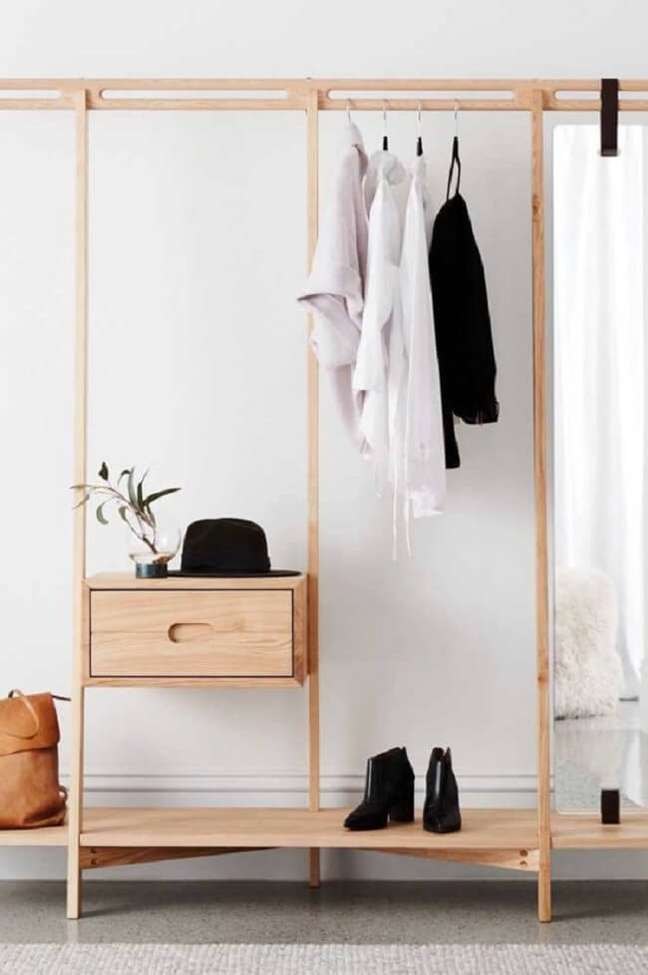 35. Arara de madeira para roupas com gaveta embutida. Fonte: Pinterest