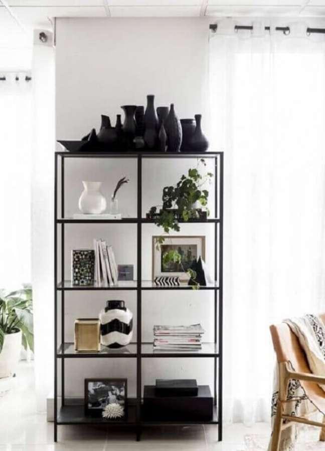 19. A estante de vidro com acabamento de ferro é perfeita para compor uma decoração industrial. Fonte: Pinterest
