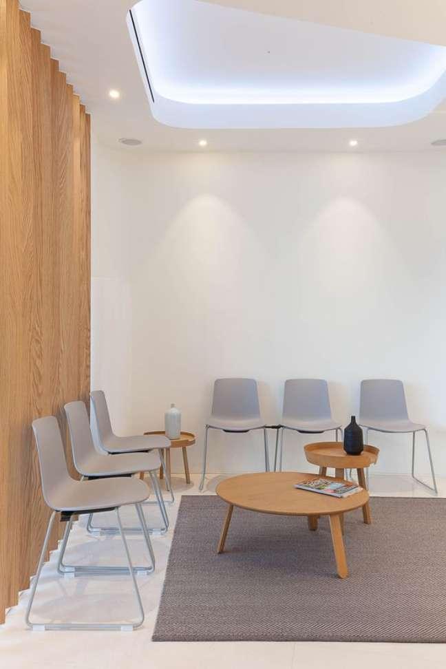 16. Sala de espera para clinica odontologica com cadeiras cinza – Foto Pinterest