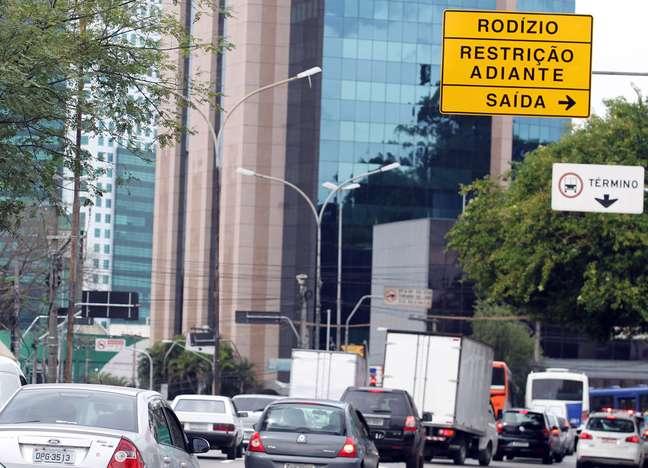 Placa instalada pela CET para ampliação do rodízio na Avenida Vital Brasil, em São Paulo