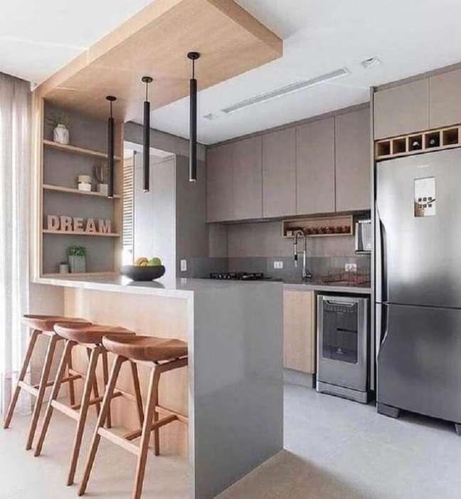 38. Decoração de cozinha estilo americana cinza com madeira – Foto: Jeito de Casa