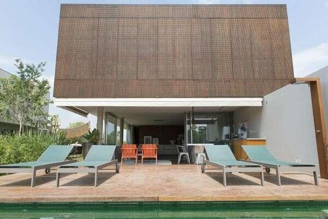 15. Área de lazer com azulejo para piscina verde. Projeto por Triplex Arquitetura