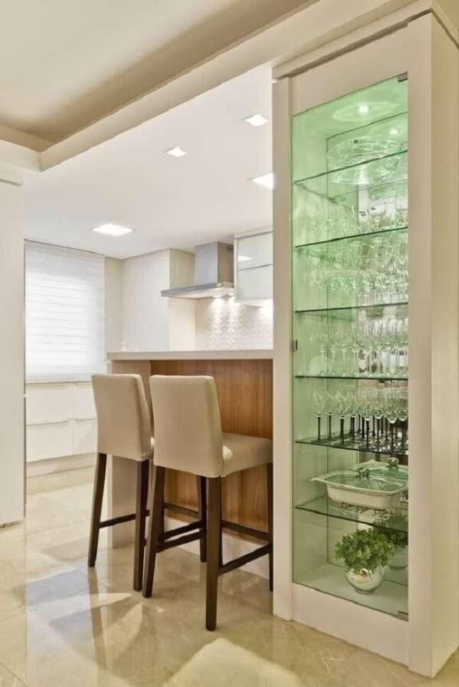 41. Modelo de estante de gesso com vidro acomoda várias taças e pratarias. Fonte: Homify
