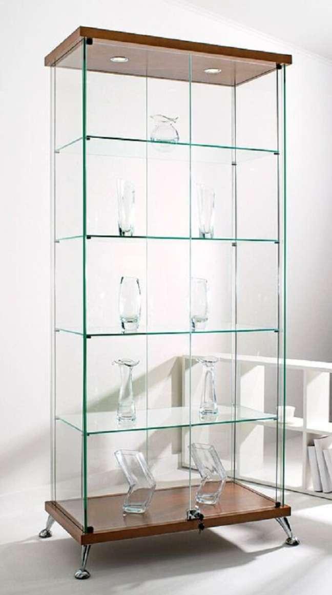 46. Reserve um espaço na decoração para posicionar uma linda estante de vidro. Fonte: Pinterest