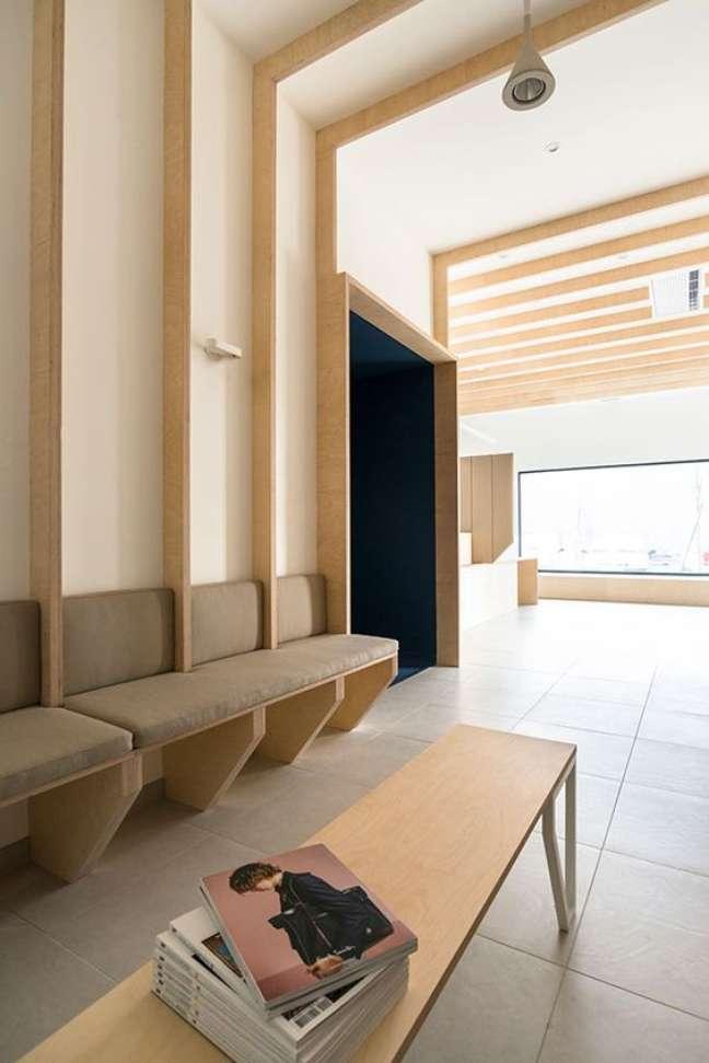47. Sala de espera com mesa de centro com revistas – Foto Behance