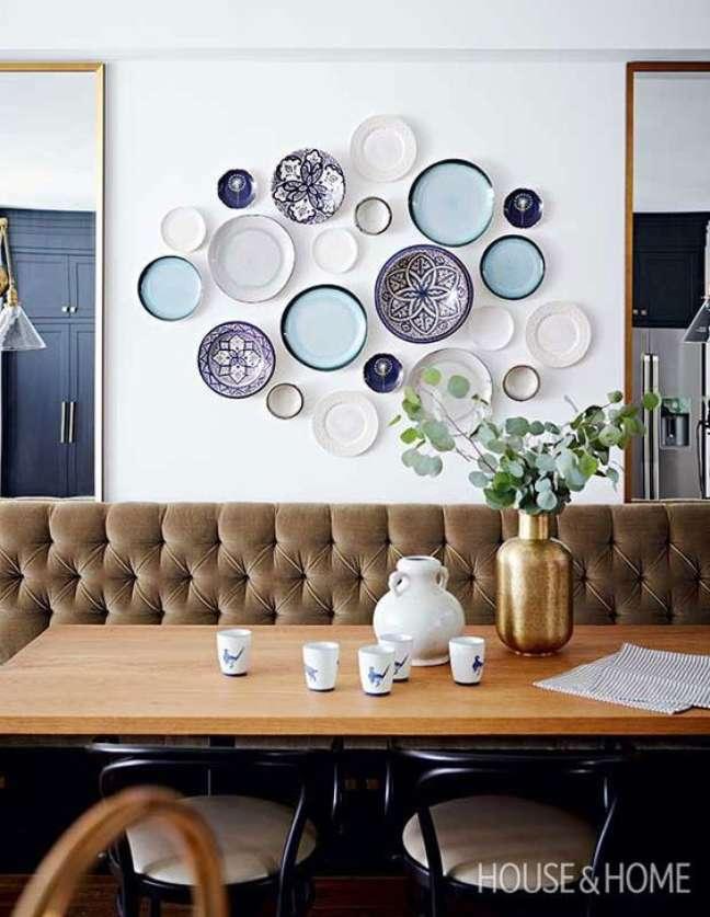50. Parede de sala decorada com pratos de porcelanato em tons de azul e branco – Foto house and home