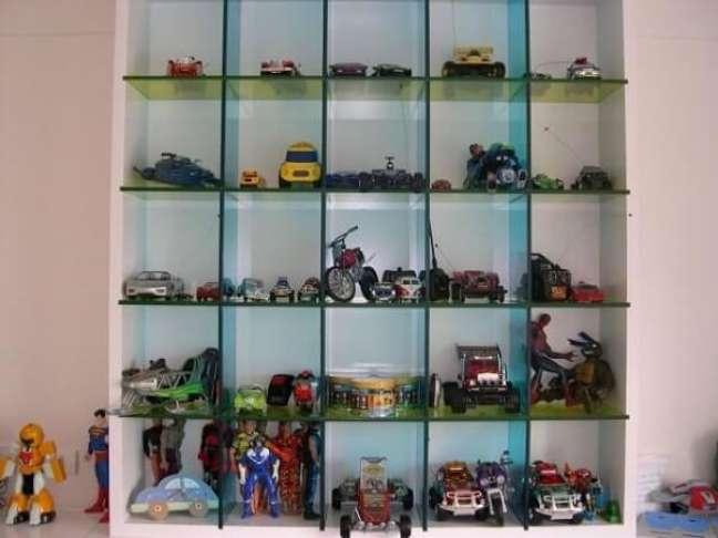 36. Estante de vidro e madeira para organizar brinquedos. Projeto de Brunete Fraccaroli