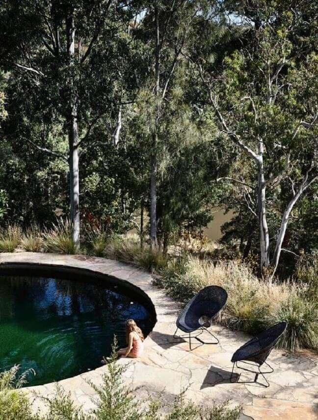 12. A piscina verde se conecta com a paisagem do entorno. Fonte: Pinterest