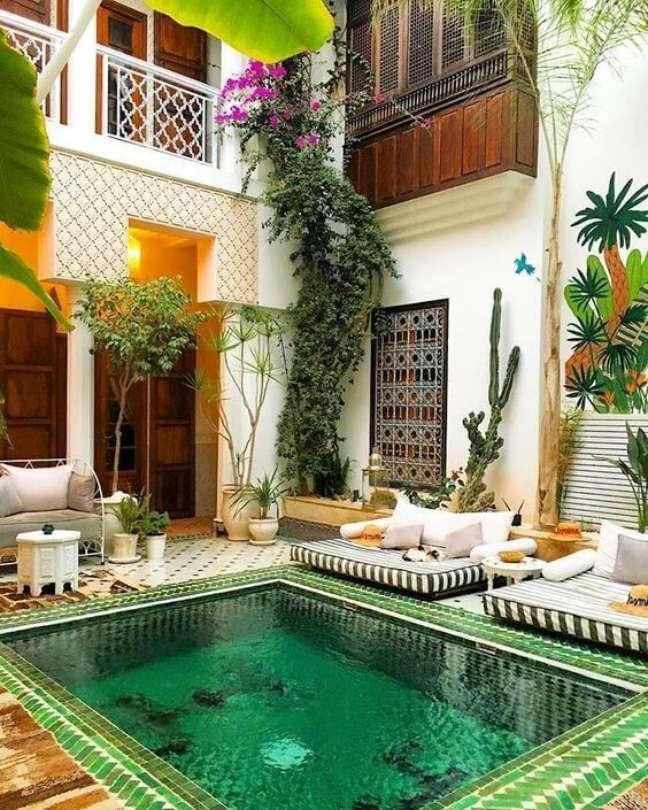 9. A piscina verde é a grande atração desse imóvel. Fonte: Pinterest