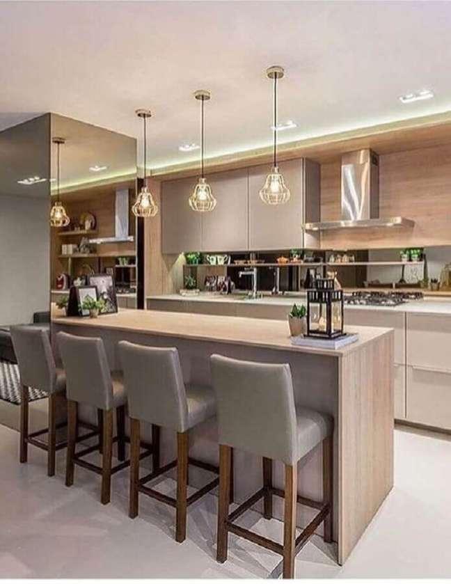 45. Decoração em cores neutras com luminária aramada para cozinha planejada estilo americana – Foto: Decor Salteado