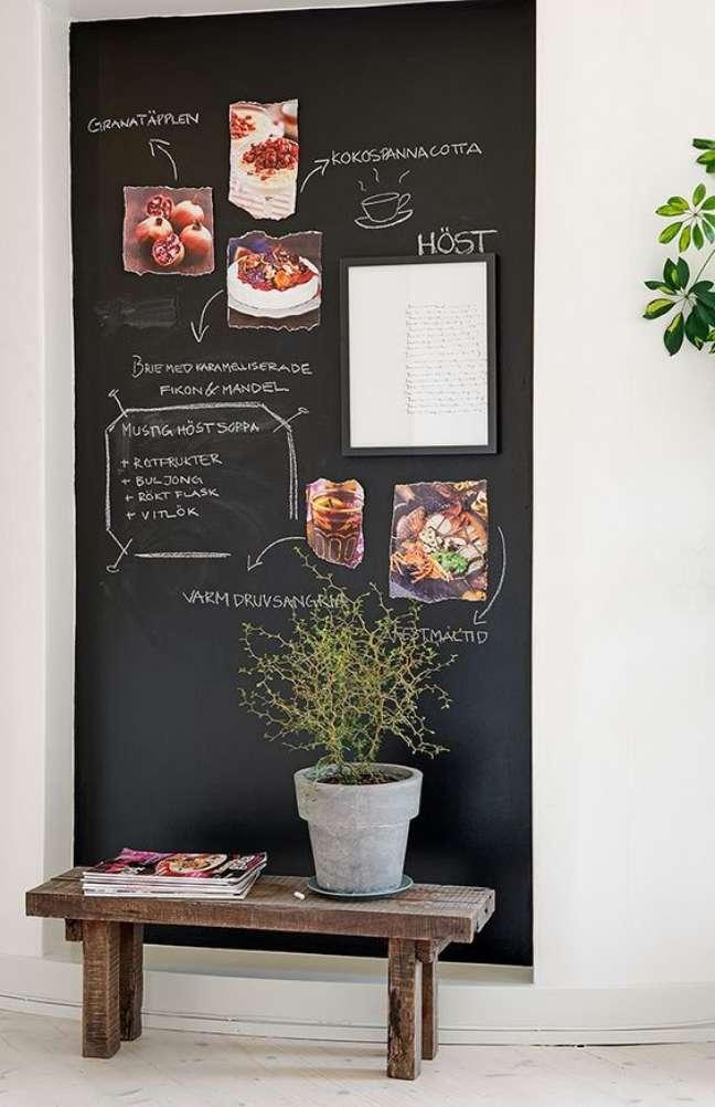 106. Sala com parede tinta lousa preta – Foto Dicas de Mulher