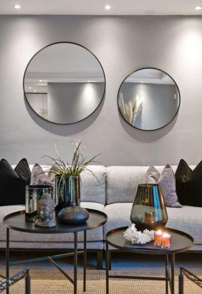 9. Parede de sala decorada com espelhos redondos com moldura preta – Foto Finn