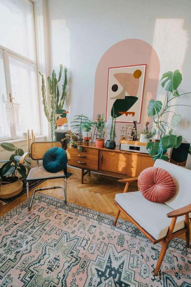 48. Parede de sala decorada com pintura setorizada em rosa claro e móveis confortáveis – Foto Casa de Valentina