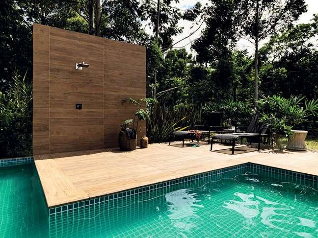 21. Deck de madeira e piscina pastilha verde para área externa. Fonte: Portobello