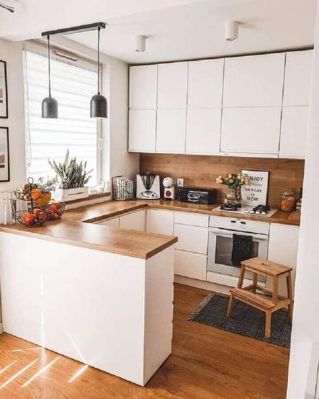 16. Bancada de madeira em U para decoração de cozinha estilo americana branca – Foto: Pinterest